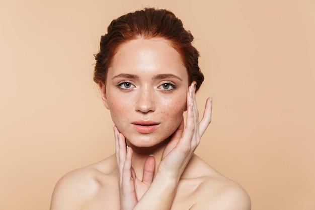 Portret van een vrij verbazingwekkende jonge roodharige vrouw geïsoleerd poseren.