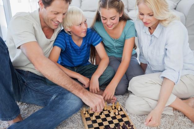 Portret van een vrolijk familie schaakspel
