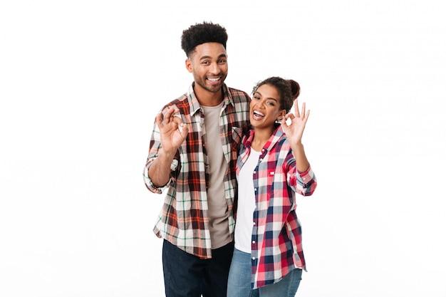 Portret van een vrolijk jong afrikaans paar