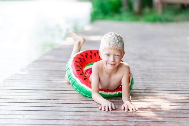 Portret van een vrolijk klein kind