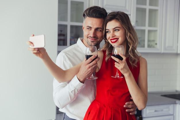 Portret van een vrolijk liefhebbend slim gekleed paar