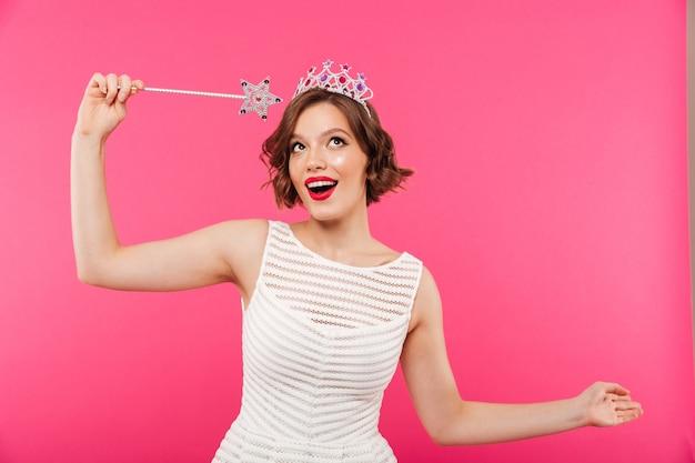 Portret van een vrolijk meisje dat kroon draagt