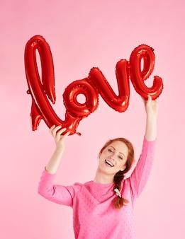 Portret van een vrolijk meisje dat valentijnsdag viert