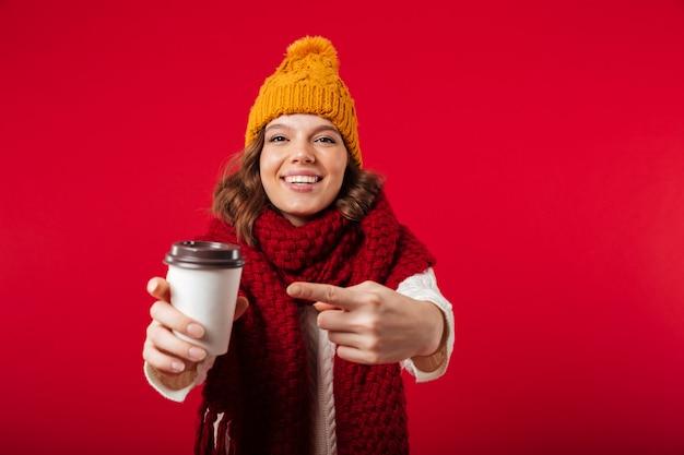 Portret van een vrolijk meisje, gekleed in de winter hoed