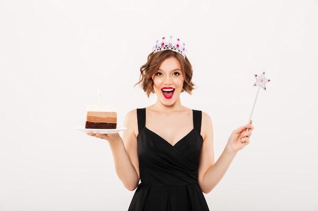 Portret van een vrolijk meisje, gekleed in kroon