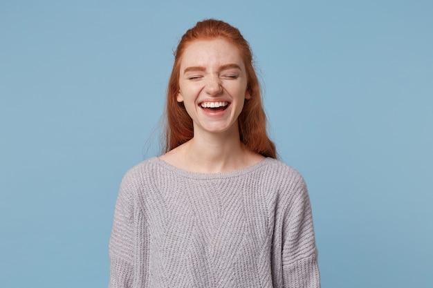 Portret van een vrolijk mooi aantrekkelijk jong roodharig meisje