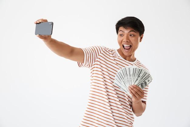 Portret van een vrolijke aziatische man die een selfie neemt