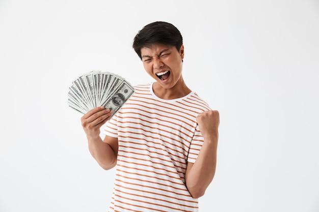 Portret van een vrolijke aziatische man met geld bankbiljetten