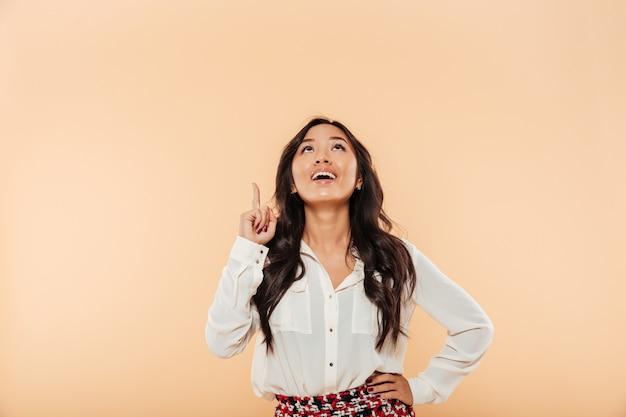 Portret van een vrolijke aziatische vrouw