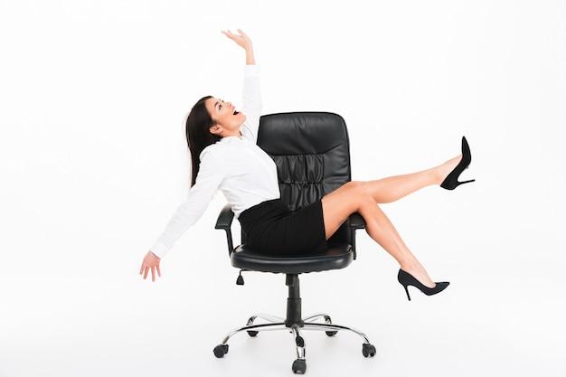 Portret van een vrolijke aziatische zakenvrouw in brillen