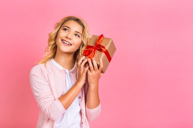 Portret van een vrolijke blonde vrouw