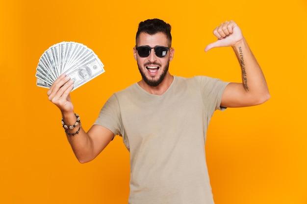 Portret van een vrolijke casual jongeman in zonnebril