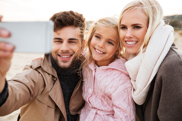 Portret van een vrolijke familie met een dochtertje