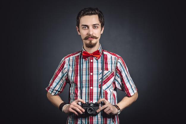 Portret van een vrolijke fotograaf in studio