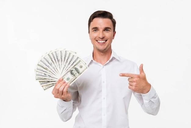 Portret van een vrolijke gelukkig man in wit overhemd