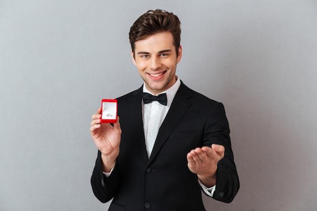 Portret van een vrolijke glimlachende man