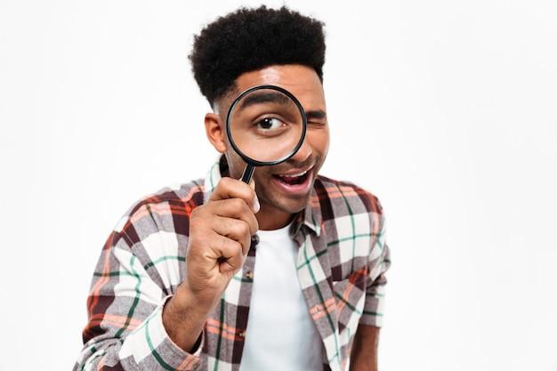Portret van een vrolijke jonge afrikaanse man