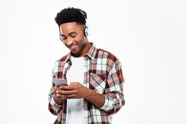 Portret van een vrolijke jonge afro-amerikaanse man in koptelefoon