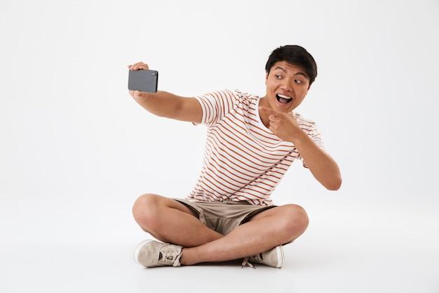 Portret van een vrolijke jonge aziatische man nemen