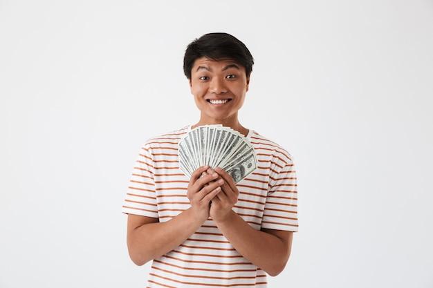 Portret van een vrolijke jonge aziatische man