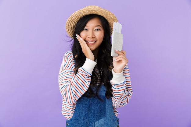 Portret van een vrolijke jonge aziatische vrouw in strohoed