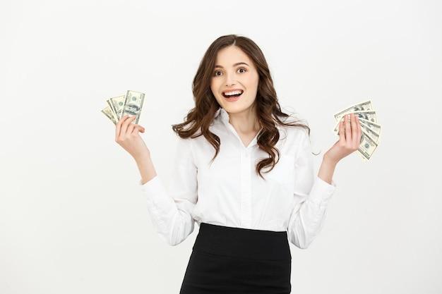 Portret van een vrolijke jonge het geldbankbiljetten van de bedrijfsvrouwenholding en het vieren