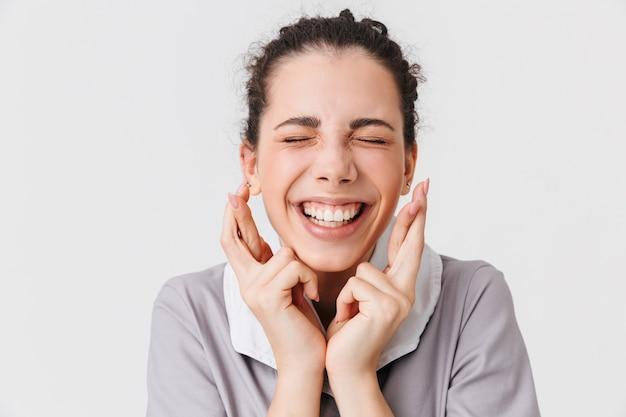 Portret van een vrolijke jonge huishoudster close-up
