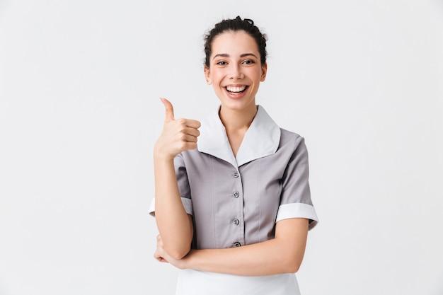 Portret van een vrolijke jonge huishoudster