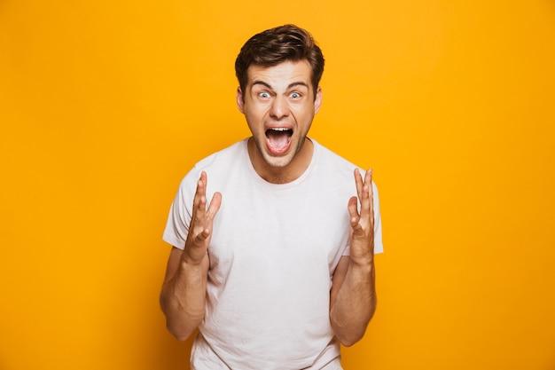 Portret van een vrolijke jonge man die succes viert