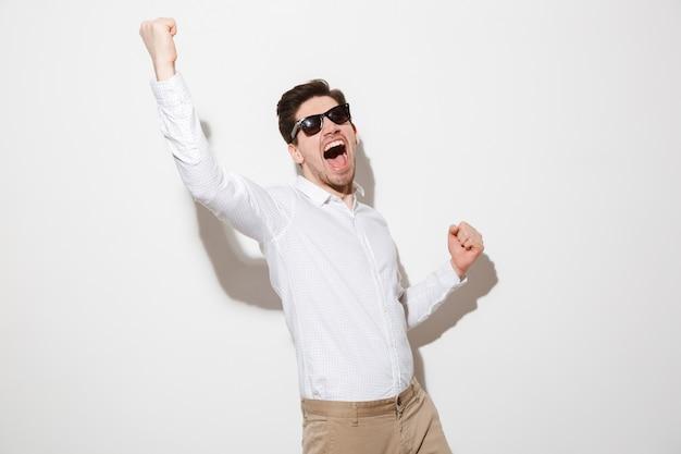 Portret van een vrolijke jonge man gekleed in shirt