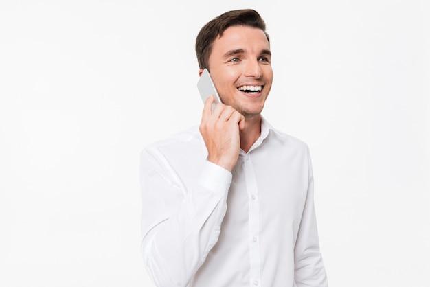 Portret van een vrolijke jonge man in een wit overhemd praten