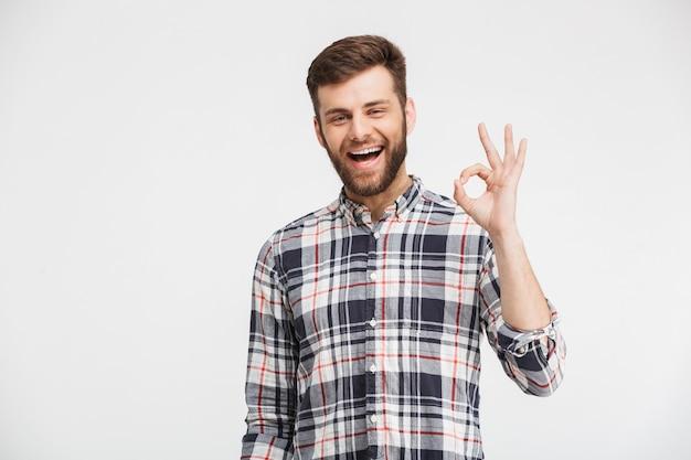 Portret van een vrolijke jonge man in geruite overhemd