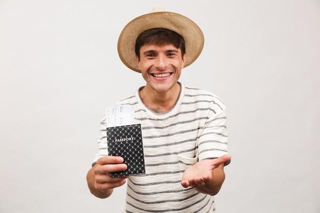 Portret van een vrolijke jonge man in strohoed
