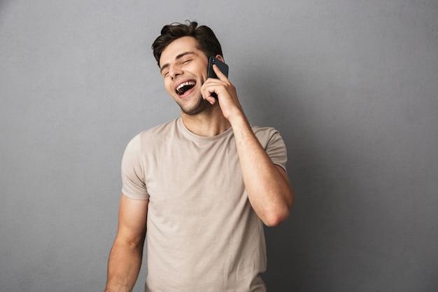 Portret van een vrolijke jonge man in t-shirt