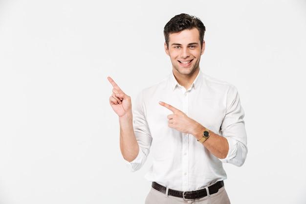 Portret van een vrolijke jonge man in wit overhemd