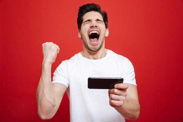 Portret van een vrolijke jonge man in wit t-shirt