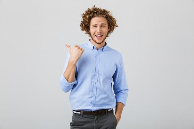 Portret van een vrolijke jonge man met krullend haar
