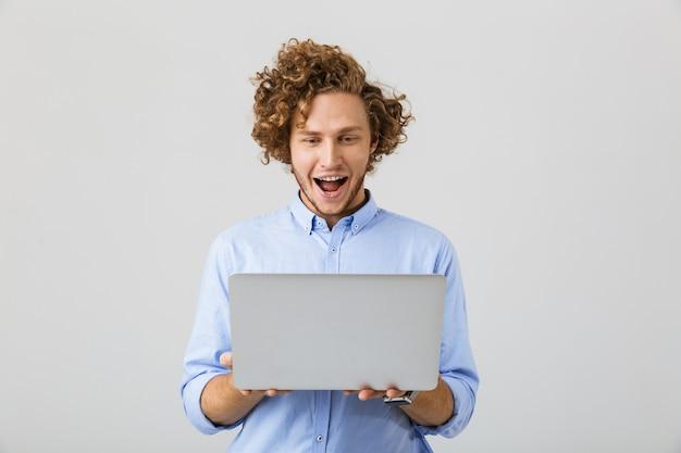 Portret van een vrolijke jonge man met shirt