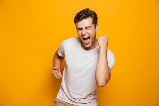 Portret van een vrolijke jonge man vieren
