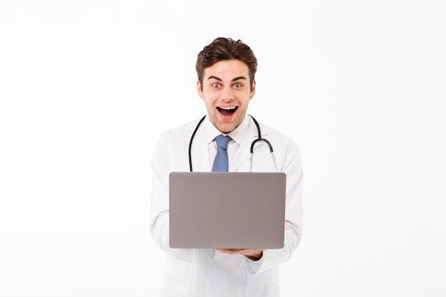 Portret van een vrolijke jonge mannelijke arts