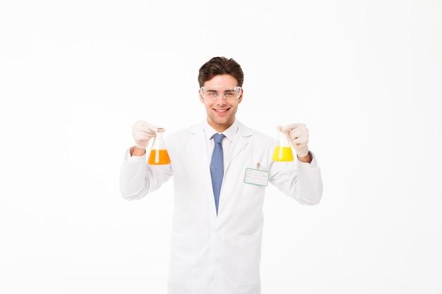 Portret van een vrolijke jonge mannelijke wetenschapper
