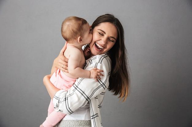 Portret van een vrolijke jonge moeder