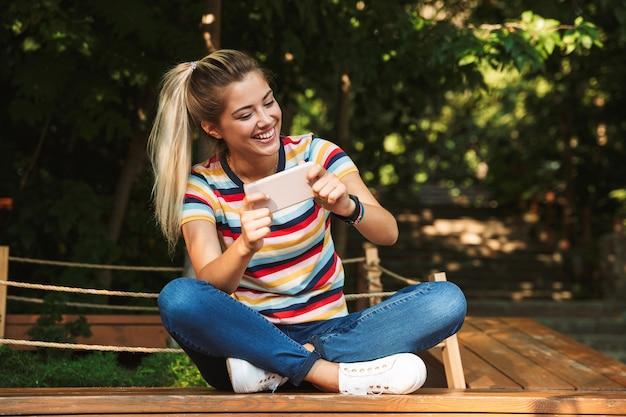 Portret van een vrolijke jonge tiener