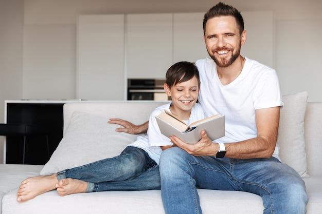 Portret van een vrolijke jonge vader en zijn zoon