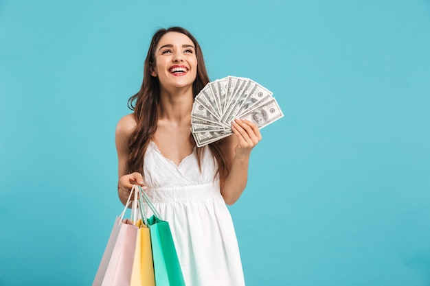 Portret van een vrolijke jonge vrouw in zomerjurk