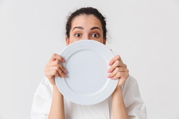 Portret van een vrolijke jonge vrouw met gerechten