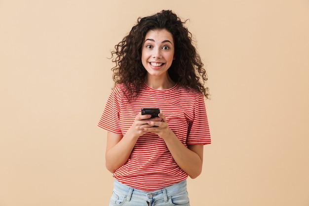 Portret van een vrolijke jonge vrouw met krullend haar