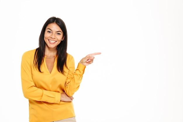 Portret van een vrolijke jonge vrouw