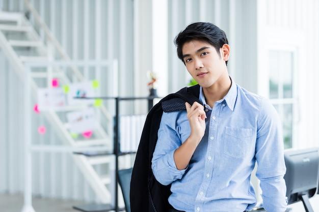 Portret van een vrolijke jonge zakenman op kantoor