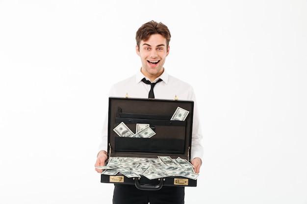 Portret van een vrolijke jonge zakenman